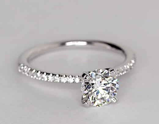 Anillo de compromiso pequeño con micropavé de diamantes en oro blanco de 14 k (1/10 qt. total)