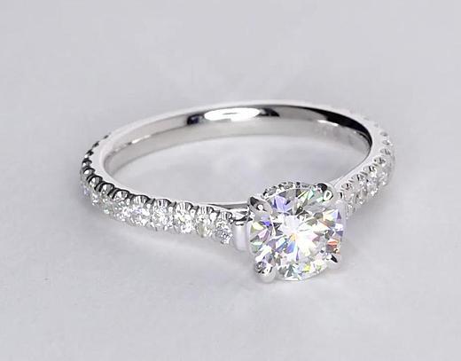 Anillo de compromiso estilo pequeño pavé de diamantes y corona de 0.78 quilates
