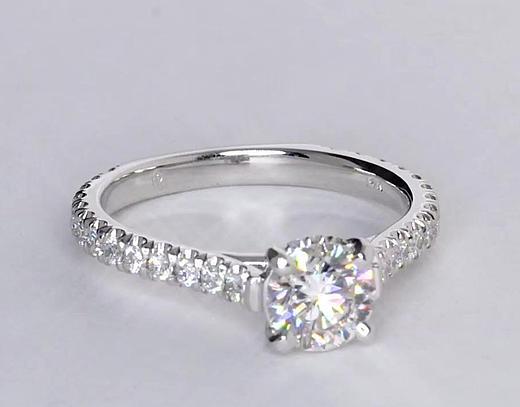 Anillo de compromiso estilo pequeño pavé de diamantes y corona de 0.76 quilates
