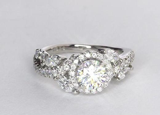 Anillos de compromiso con halo en forma de flor con diamantes de Monique Lhuillier de 0.81 quilates