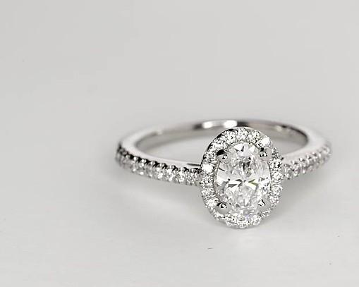 Bague de fiançailles halo de diamants ovale en or blanc 14carats