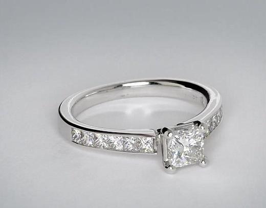 Anillo de compromiso de diamantes de talla princesa con montura de canal de 0.62 quilates