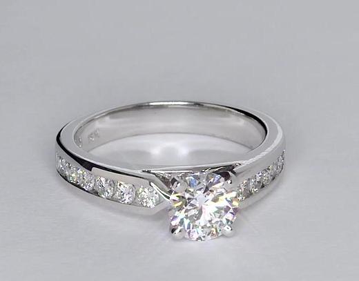Anillo de compromiso de diamantes con montura de canal de 0.9 quilates