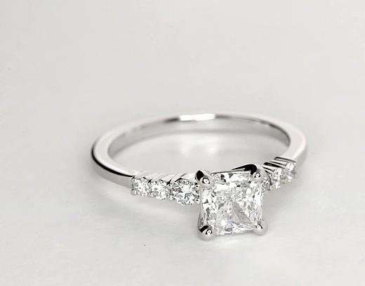 Anillo de compromiso de diamantes pequeños en platino (1/4 qt. total)