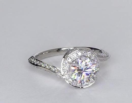 Anillo de compromiso estilo pavé de diamantes de halo de 1.1 quilates