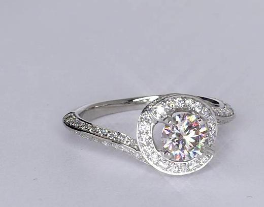 Anillo de compromiso estilo pavé de diamantes de halo de 0.61 quilates