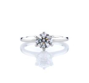 铂金六爪单石加隐藏光环钻石订婚戒指