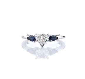 18k 白金经典梨形蓝宝石订婚戒指
