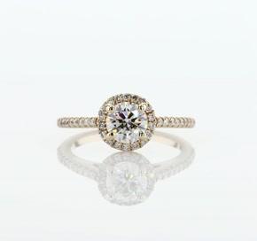 Anillo de compromiso de diamantes de halo clásico en oro amarillo de 14k (1/4 qt. total)