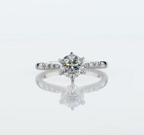 铂金六爪小巧密钉钻石订婚戒指<br>(1/10 克拉总重量)