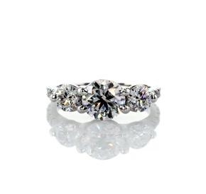 铂金三石小巧密钉凉亭钻石订婚戒指