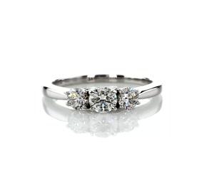 Bague de fiançailles diamant galerie et ses trois diamants sertis pavé en platine