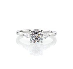 18k 白金梨形輔石鑽石訂婚戒指(1/4 克拉總重量)