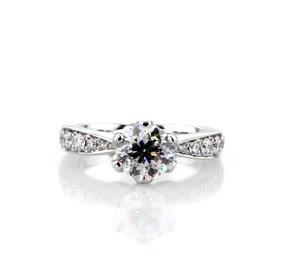 鉑金 Monique Lhuillier 密釘花瓣訂婚戒指(1/2 克拉總重量)