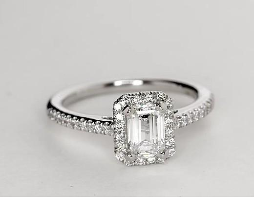 Anillo de compromiso de diamantes halo de talla esmeralda en platino
