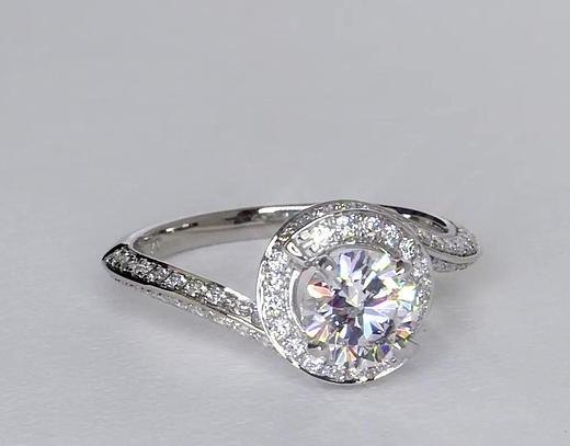Anillo de compromiso estilo pavé de diamantes de halo de 1.01 quilates