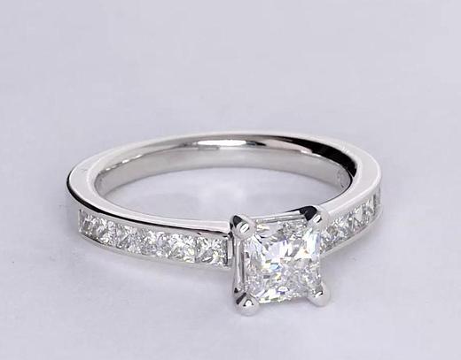 Anillo de compromiso de diamantes de talla princesa con montura de canal de 0.75 quilates