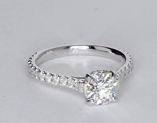 Anillo de compromiso estilo pequeño pavé de diamantes y corona de 0.87 quilates