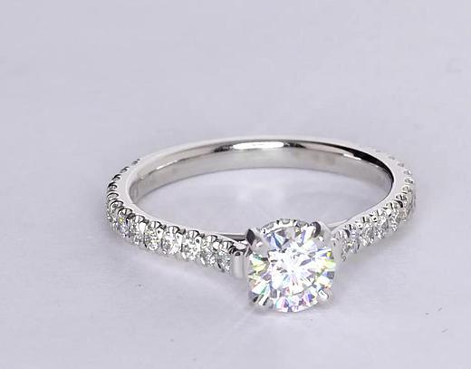 Anillo de compromiso estilo pequeño pavé de diamantes y corona de 0.71 quilates
