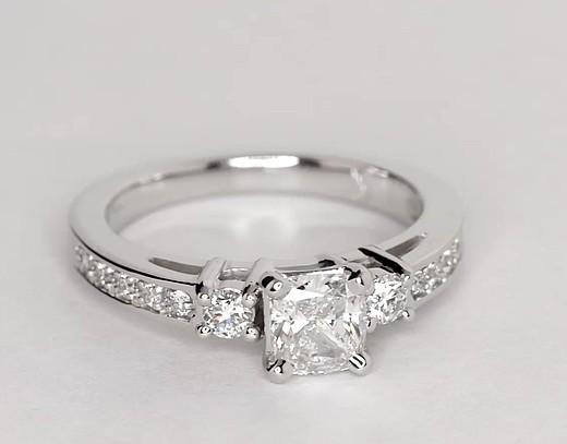 Anillo de compromiso estilo triple pavé de diamantes en oro blanco de 14 k (1/4 qt. total)