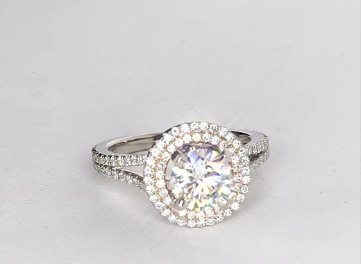 Anillo de compromiso estilo doble halo de diamantes de Monique Lhuillier de 1.5 quilates