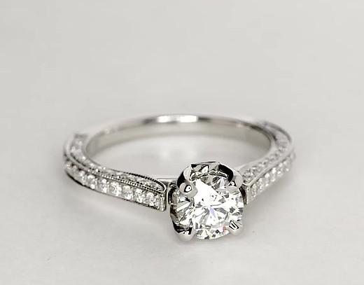 Anillo de compromiso de diamante tipo catedral de Monique Lhuillier en platino