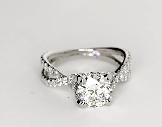Anillo de compromiso de diamante tipo catedral torcido de Monique Lhuillier en platino