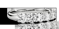 La bague à cinq diamants parfaite