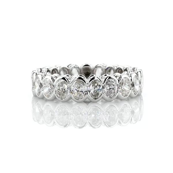 Anillo de eternidad semibiselado de diamantes ovalados en oro blanco de 18 k (3 qt. total)