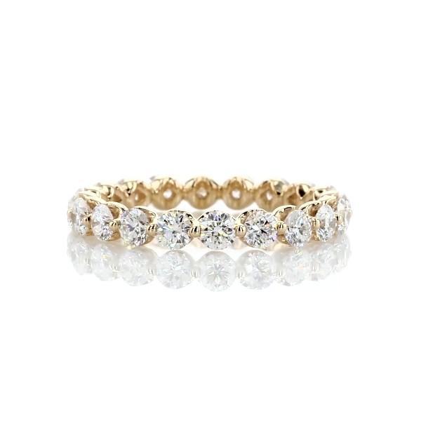 Alianza de eternidad de diamantes montados al aire en oro amarillo de 14k (1 1/2 qt. total)