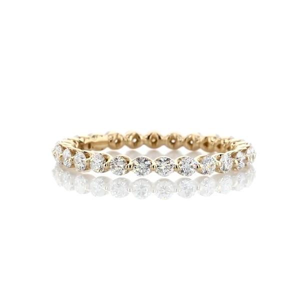 Alianza de eternidad de diamantes montados al aire en oro amarillo de 14k (3/4 qt. total)