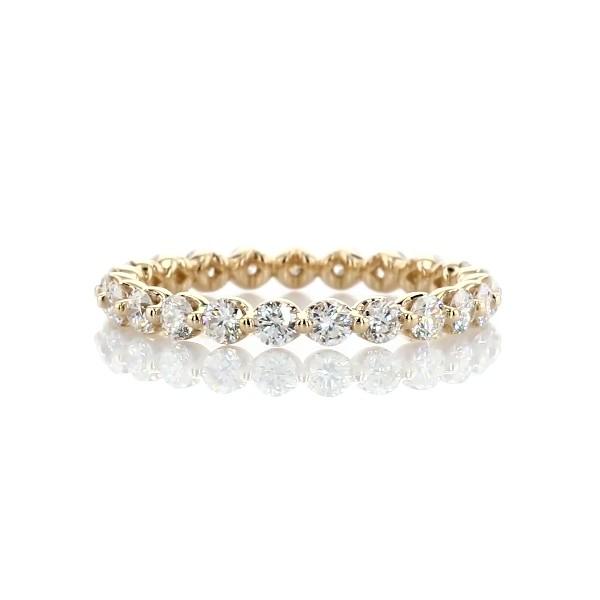 Alianza de eternidad de diamantes montados al aire en oro amarillo de 14k (1 qt. total)