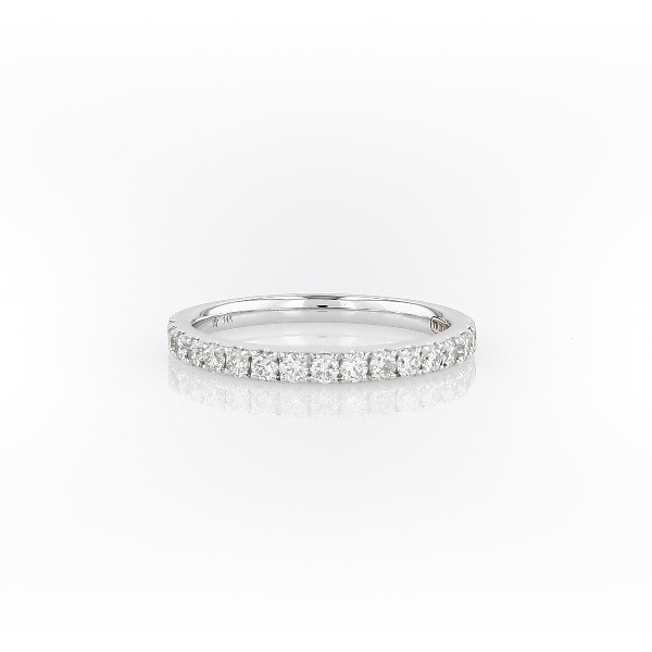 Anillo con pavé de diamantes en oro blanco de 14 k (2/5 qt. total)