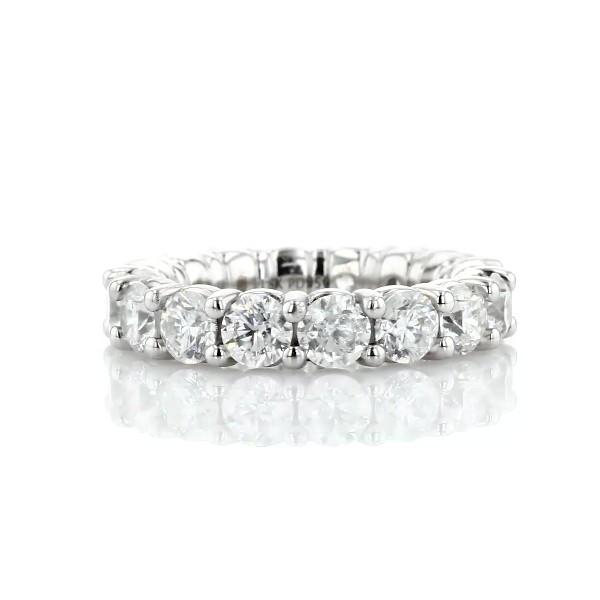 Anillo de eternidad de diseño redondeado con diamantes redondos brillantes en oro blanco de 18 k (5 qt. total)