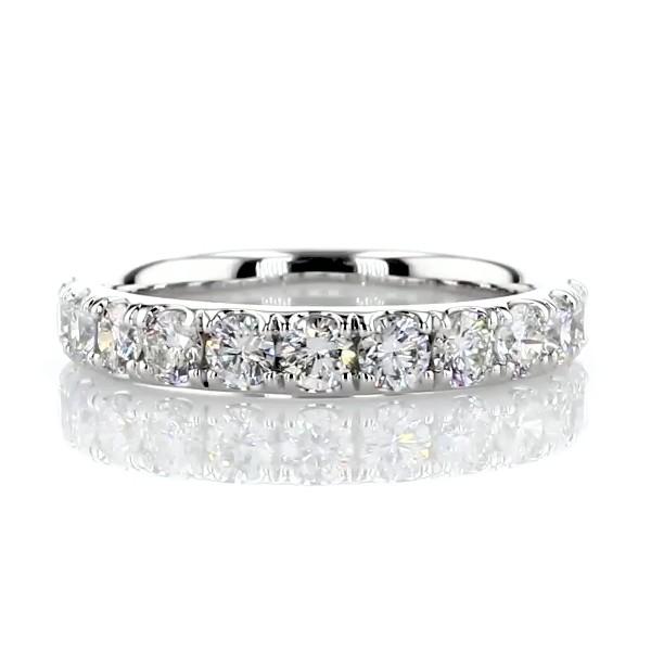 Anillo con pavé de diamantes Riviera en oro blanco de 14 k (3/4 qt. total)