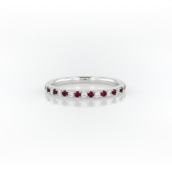 Anillo con pavé de diamantes y rubíes Riviera en oro blanco de 14 k (1,5mm)