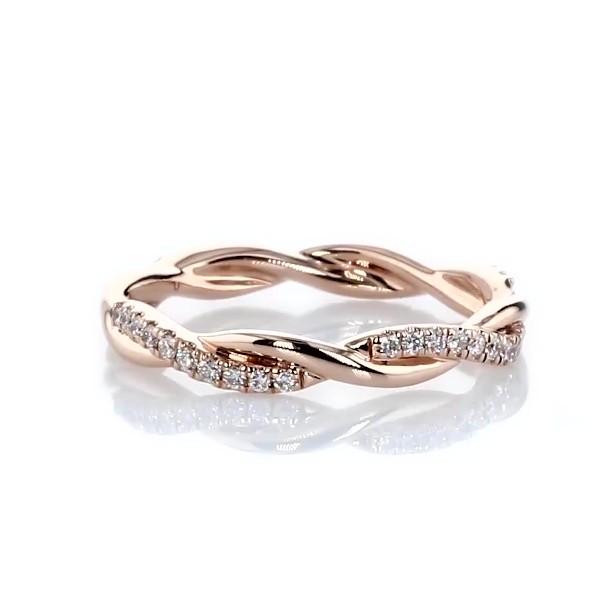 Anillo de eternidad de diamantes pequeño con diseño torcido en oro rosado de 14k (1/5 qt. total)