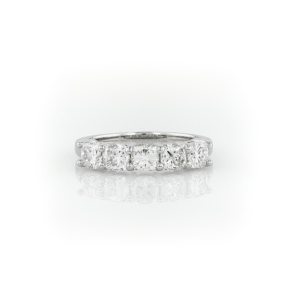 Anillo clásico de cinco diamantes de talla cojín en platino (1 1/2 qt. total)