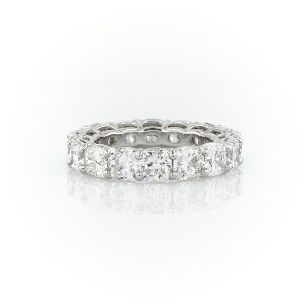 Anillo de eternidad de diamante de talla cojín en platino (7,0 qt total)