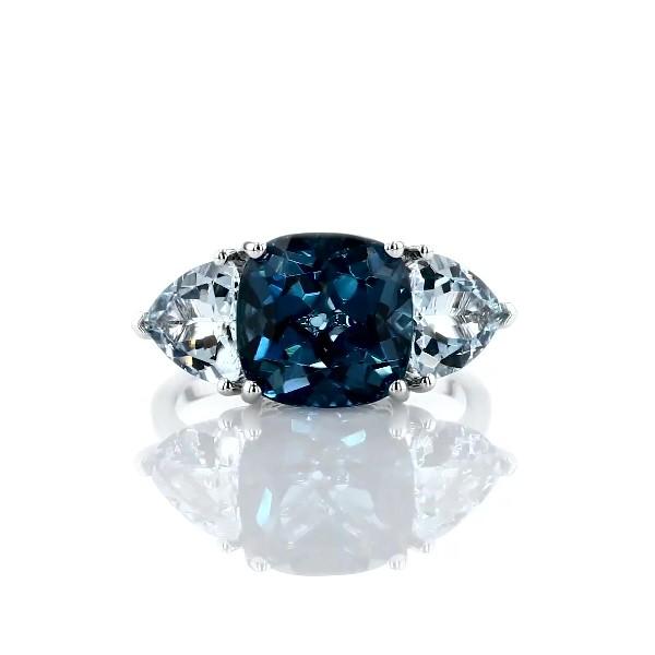 14k 白金墊形倫敦藍托帕石與海藍寶石三石戒指