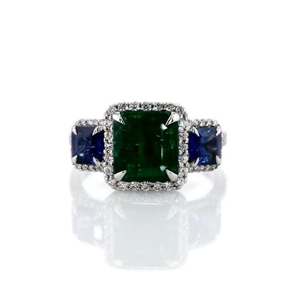 Anillo de tres piedras de zafiro azul y esmeralda de talla cuadrada en oro blanco de 18 k