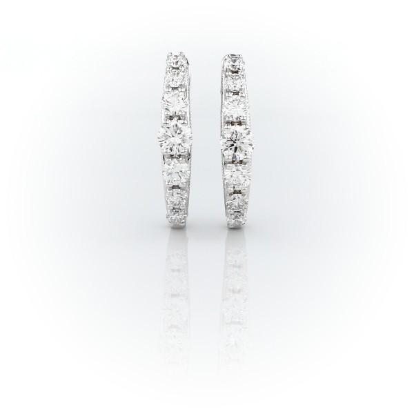 Aretes tipo argolla con detalle milgrain y diamantes graduados en oro blanco de 14 k (1 qt. total)