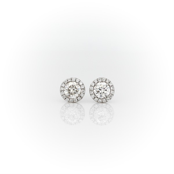 Aretes de diamantes Halo en oro blanco de 14 k (5/8 qt. total)