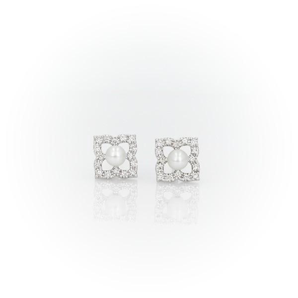 Aretes pequeños de perlas cultivadas de agua dulce con motivo floral en oro blanco de 14 k (2.4mm)