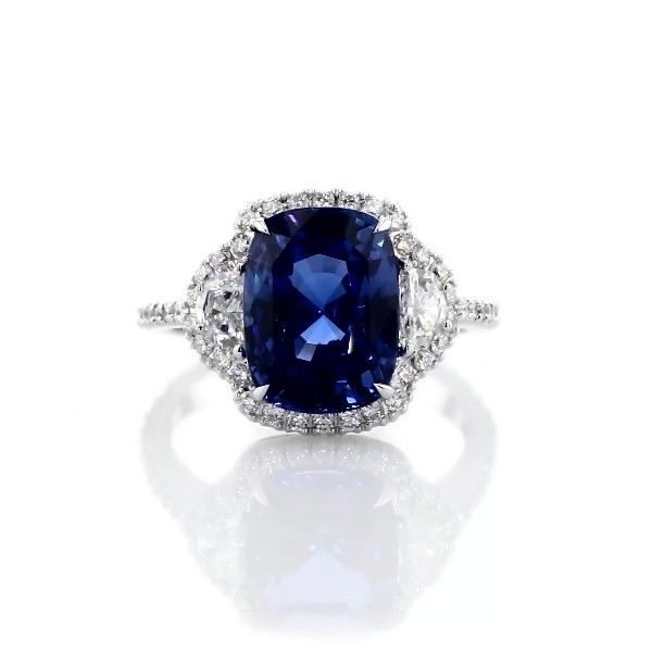 Anillo de diamantes en forma de medialuna y zafiro azul de talla cojín en oro blanco de 18 k